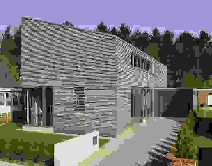 Eingangsseite Moderne Häuser von JEBENS SCHOOF ARCHITEKTEN Modern
