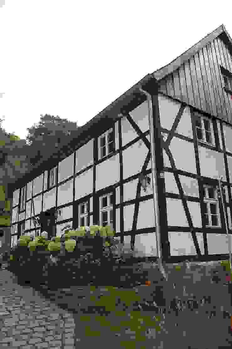 Rumah Gaya Country Oleh Stuccolustro Country