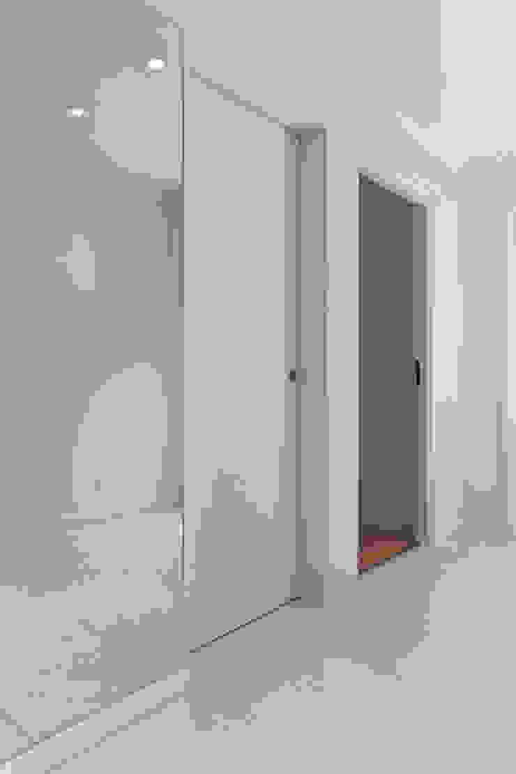 APARTAMENTO VdC01 – Remodelação Corredores, halls e escadas minimalistas por A2OFFICE Minimalista