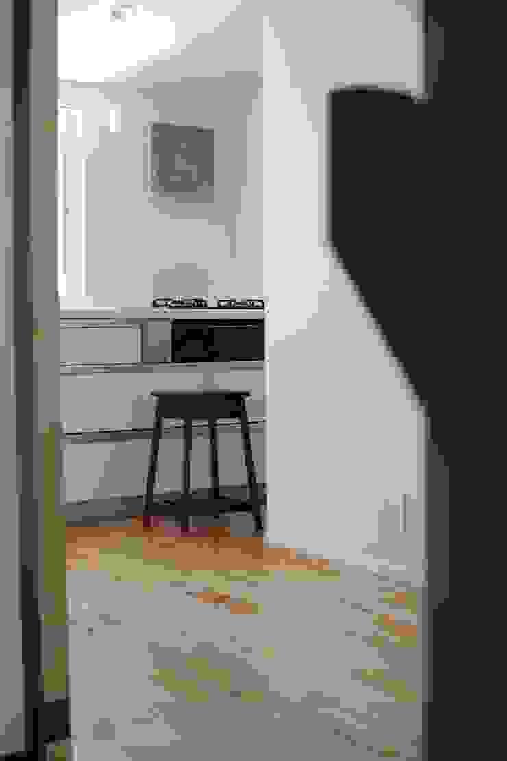 本郷四丁目長屋住宅 ミニマルデザインの キッチン の 一級建築士事務所 艸の枕 ミニマル