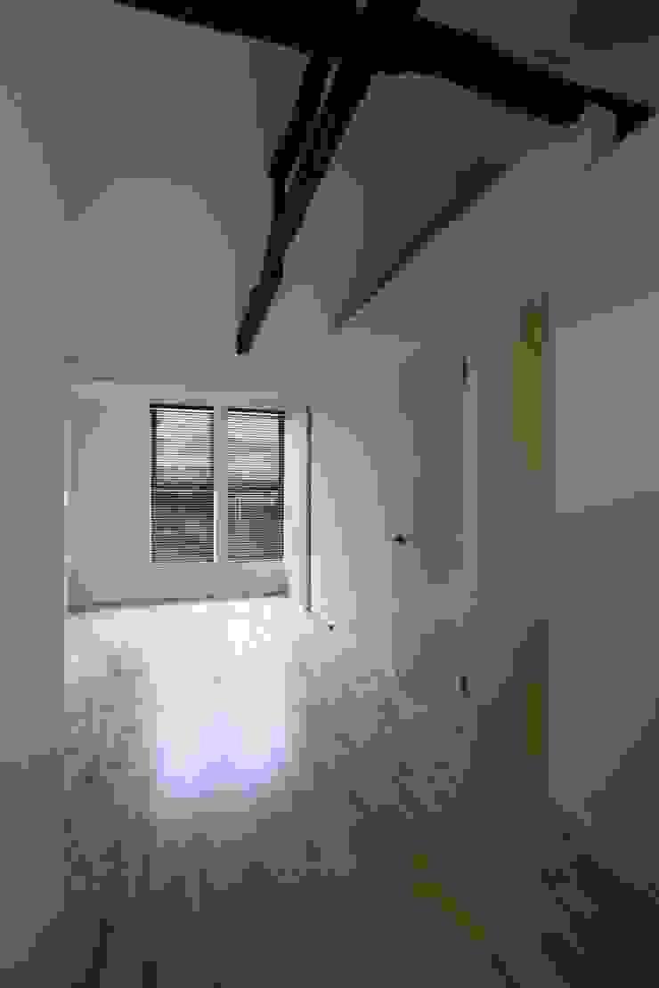 本郷四丁目長屋住宅 ミニマルデザインの リビング の 一級建築士事務所 艸の枕 ミニマル
