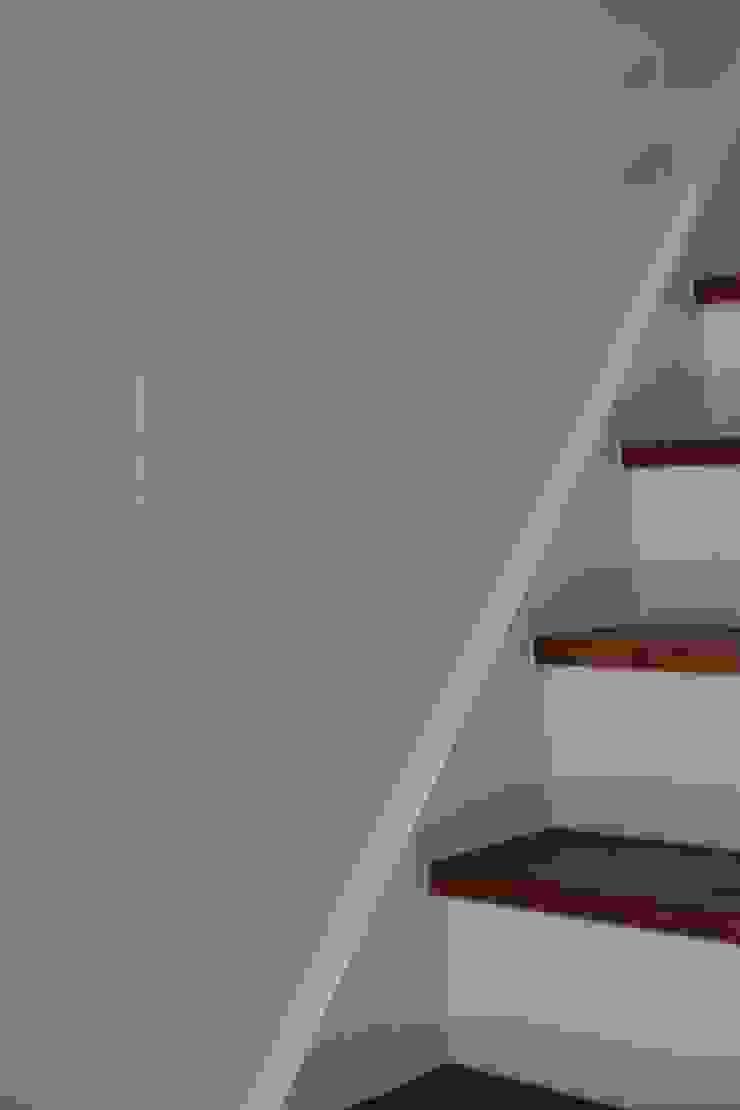 本郷四丁目長屋住宅 ミニマルスタイルの 玄関&廊下&階段 の 一級建築士事務所 艸の枕 ミニマル