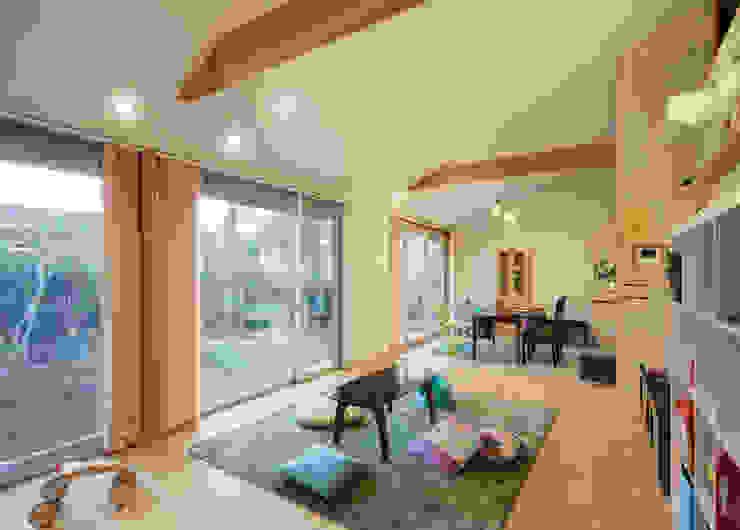 勾配天井の開放的なリビング モダンデザインの リビング の m・style 一級建築士事務所 モダン 木 木目調