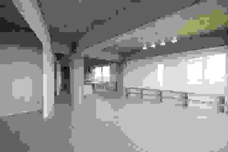 Tk さんのためのアパート モダンデザインの リビング の kurosawa kawara-ten モダン