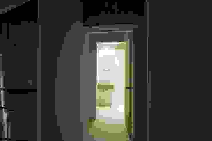 Tk さんのためのアパート モダンスタイルの 玄関&廊下&階段 の kurosawa kawara-ten モダン