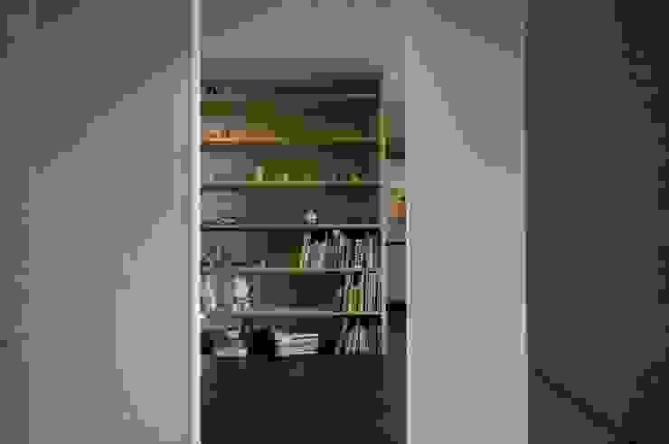 K さんのためのアパート モダンスタイルの 玄関&廊下&階段 の kurosawa kawara-ten モダン
