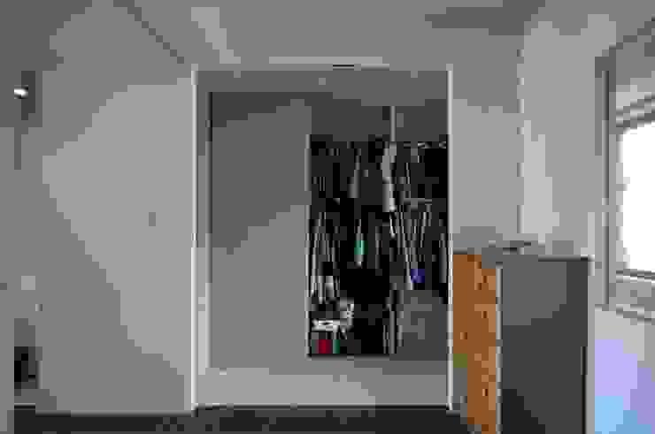 K さんのためのアパート モダンスタイルの寝室 の kurosawa kawara-ten モダン