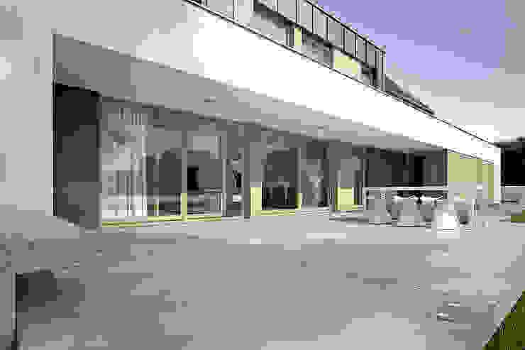 Dom Nowoczesny balkon, taras i weranda od Konrad Idaszewski Architekt Nowoczesny