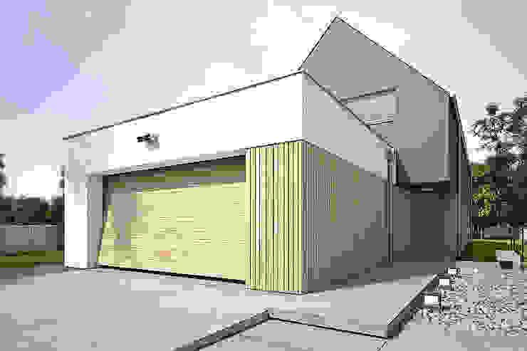 Nhà để xe/nhà kho phong cách hiện đại bởi Konrad Idaszewski Architekt Hiện đại
