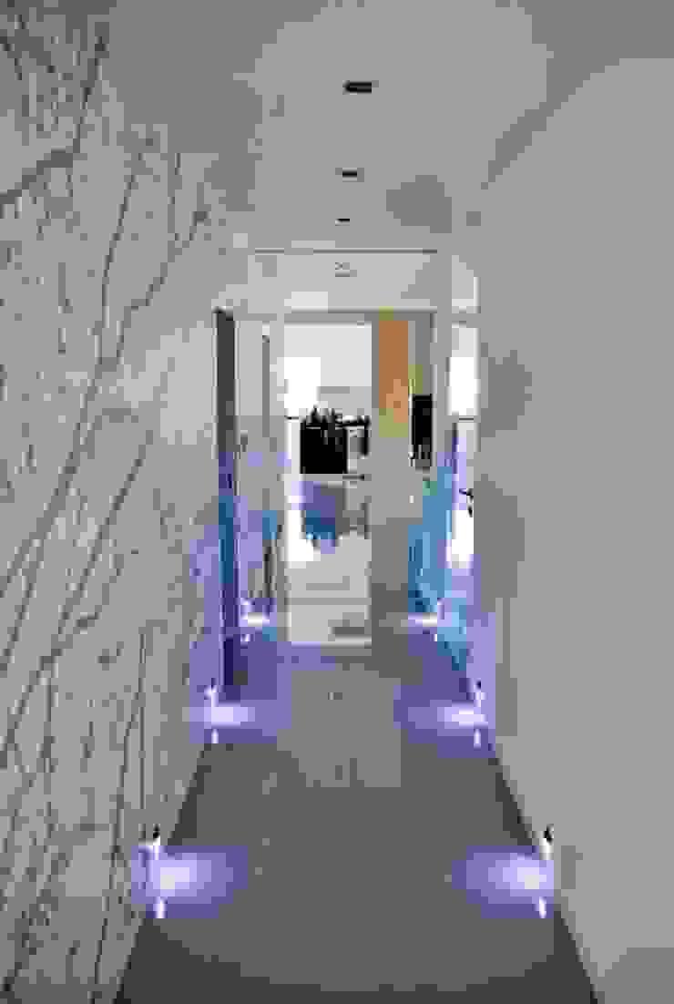 Dom w Amarantusach Nowoczesny korytarz, przedpokój i schody od Abakon sp. z o.o. spółka komandytowa Nowoczesny