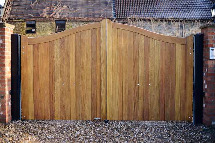 Curved top wooden gate - Idigbo hardwood Country style garden by Swan Gates Country