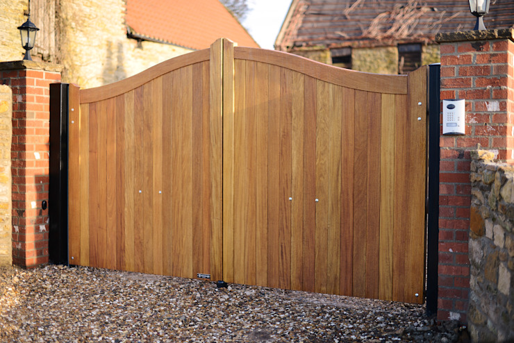 Curved top wooden gate - Idigbo hardwood Classic style walls & floors by Swan Gates Classic
