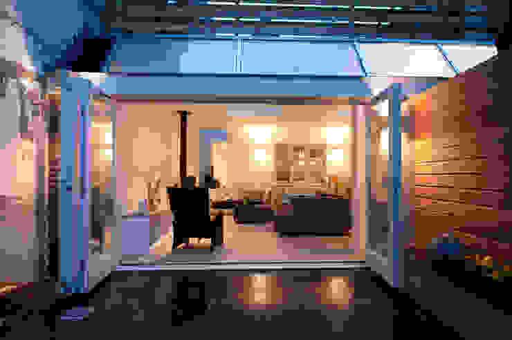 Van garage naar woonstudio: modern  door Het Ontwerphuis, Modern