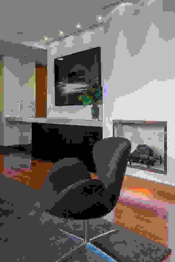 Detalhe da Lareira Lage Caporali Arquitetas Associadas Salas de estar modernas