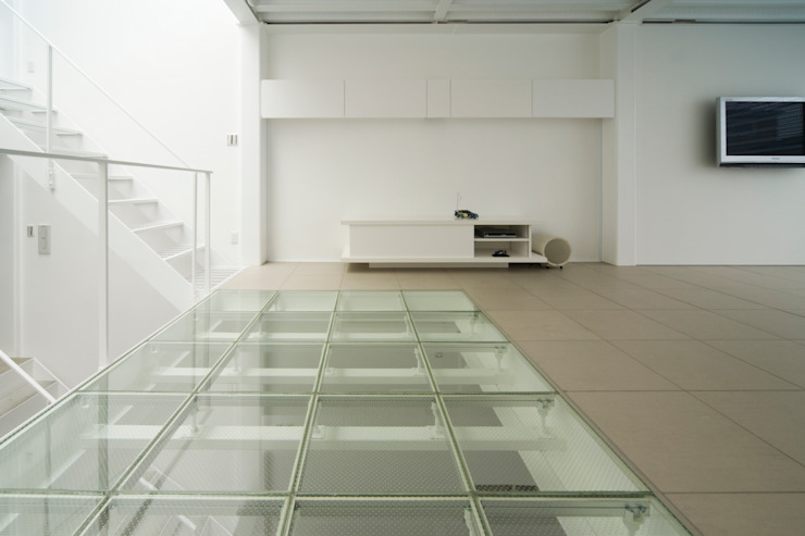 Home to live with Porsche モダンな 壁&床 の Kenji Yanagawa Architect and Associates モダン