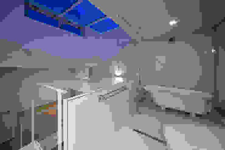 Home to live with Porsche : Kenji Yanagawa Architect and Associatesが手掛けた浴室です。,モダン