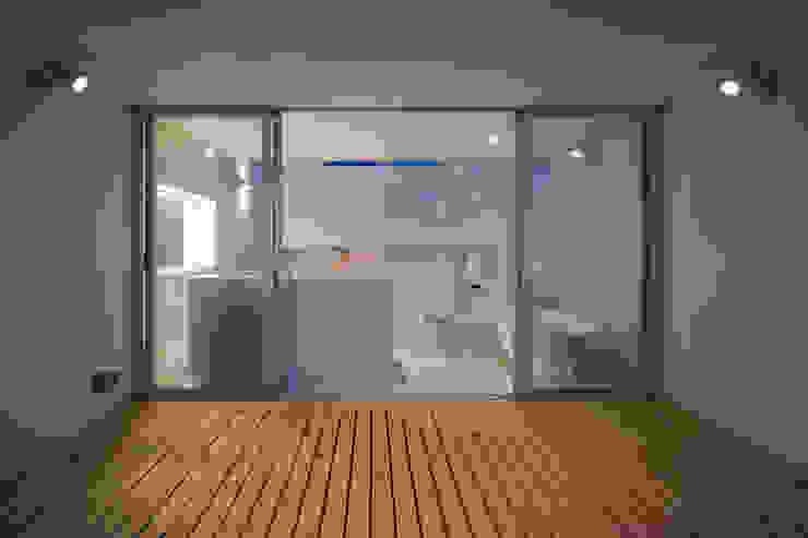 Home to live with Porsche モダンデザインの テラス の Kenji Yanagawa Architect and Associates モダン