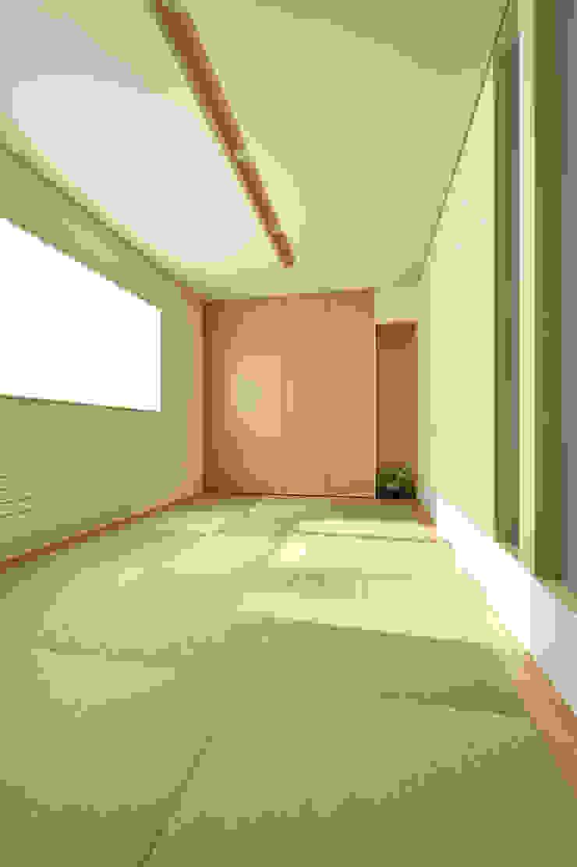 洋の住宅にもしっくりと溶け込むシンプルな和室 和風スタイルの 壁&フローリングデザイン の 株式会社スター・ウェッジ 和風