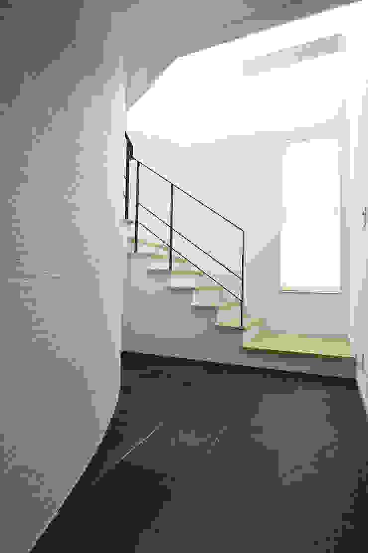 白と黒のコントラストが美しいエントランスホール モダンな 壁&床 の 株式会社スター・ウェッジ モダン