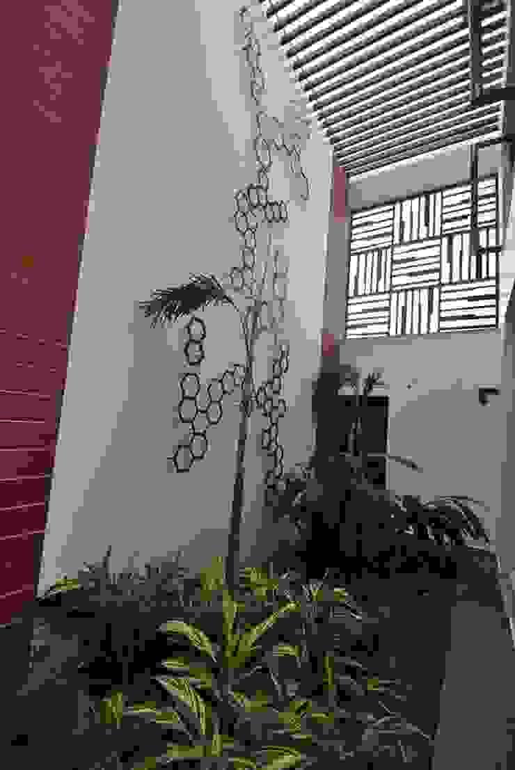 Mr & Mrs Pannerselvam's Residence Modern balcony, veranda & terrace by Muraliarchitects Modern