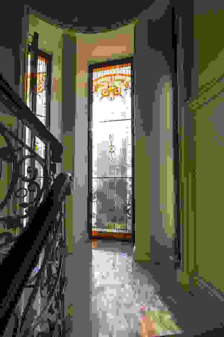 Жилой дом Коридор, прихожая и лестница в классическом стиле от Студия дизайна Сергея Кривошеева Классический