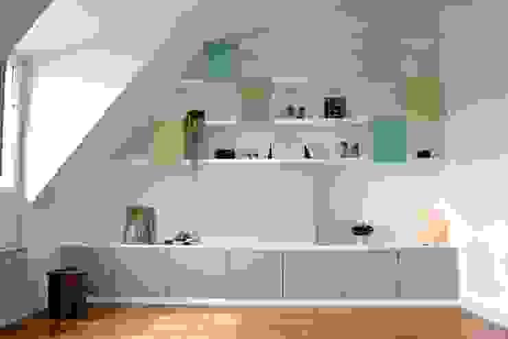 Rangement sur mesure sous combles Salon moderne par AM DECO Moderne
