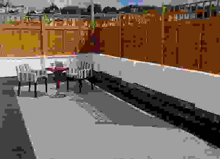 Roof Terrace flooring Balcone, Veranda & Terrazza in stile scandinavo di Ecotile Flooring Scandinavo
