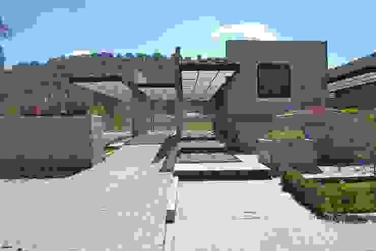Pergolas con WPC Innover Casas minimalistas de Grupo Boes Minimalista