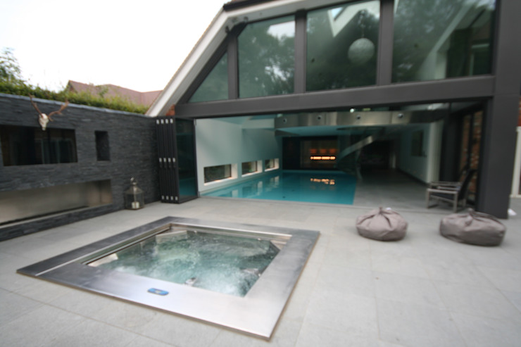 Indoor pool with waterfall features, sauna and stainless steel spa Modern Spa by Tanby Swimming Pools Modern