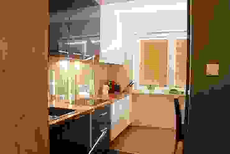 MIESZKANIE INSPIROWANE IMPRESIONIZMEM Nowoczesna kuchnia od YNOX Architektura Wnętrz Nowoczesny