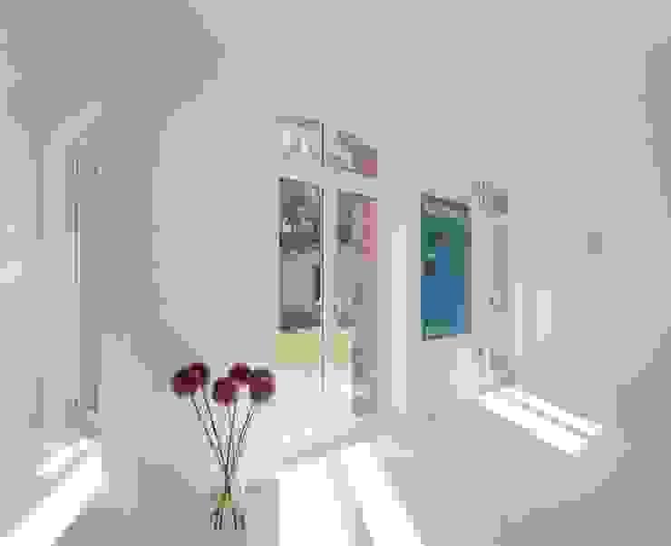 Modern corridor, hallway & stairs by STUDIO HANSEN Modern