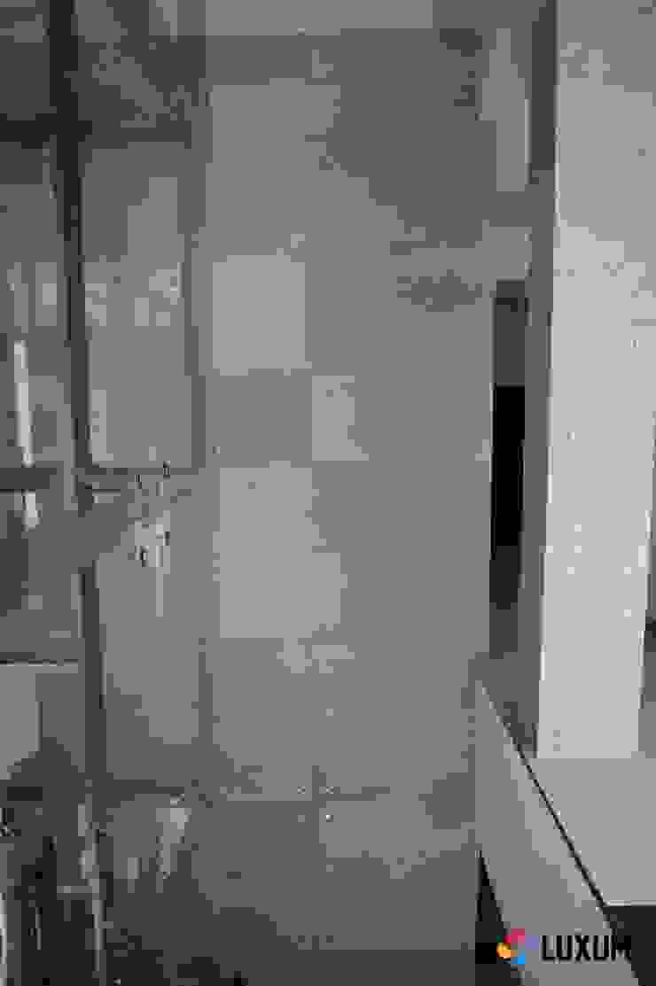 Płyty z betonu architektonicznego do wnętrz nowoczesnych i industrialnych Industrialny korytarz, przedpokój i schody od Luxum Industrialny