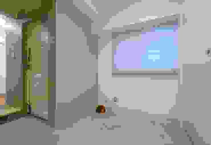 広い玄関土間 地中海デザインの 多目的室 の ティー・ケー・ワークショップ一級建築士事務所 地中海