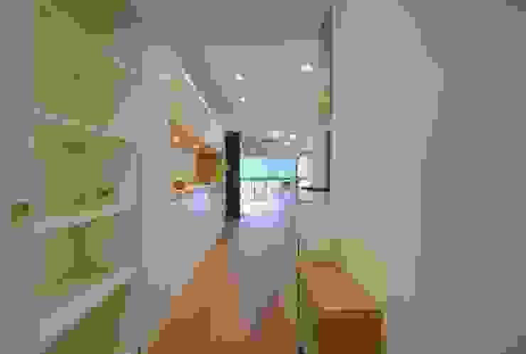 通路を兼ねるダイニング モダンスタイルの 玄関&廊下&階段 の ティー・ケー・ワークショップ一級建築士事務所 モダン
