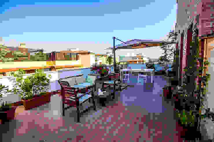 Śródziemnomorski balkon, taras i weranda od Luca Bucciantini Architettura d' interni Śródziemnomorski