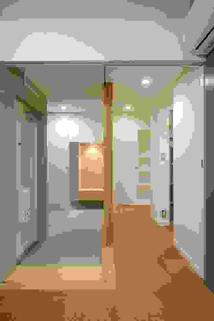玄関と通路: ティー・ケー・ワークショップ一級建築士事務所が手掛けた現代のです。,モダン