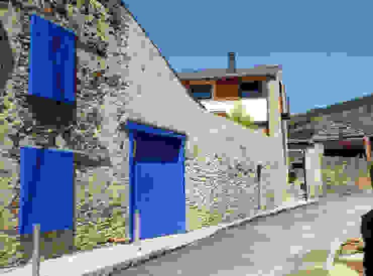 rehabilitacion de casa en Llivia junto con mercedes zazurca Casas de estilo rural de homify Rural