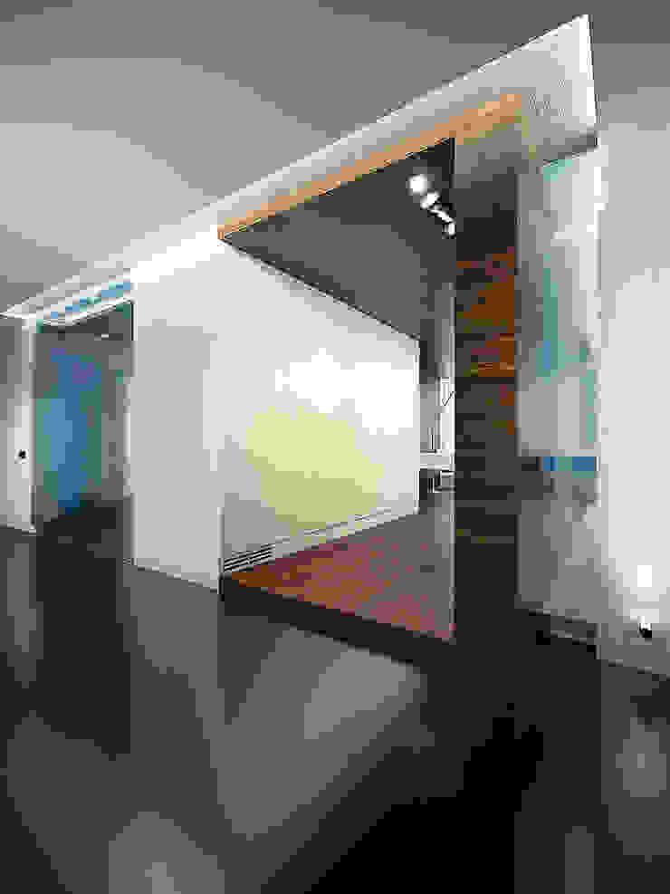 Квартира в ЖК Антарес. Екатеринбург. Коридор, прихожая и лестница в стиле минимализм от Dmitriy Khanin Минимализм
