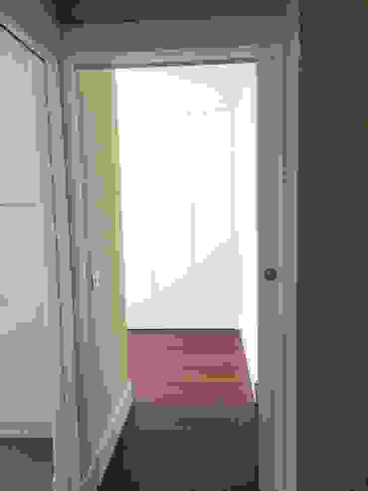 Estado reformado - Entrada al vestidor de la zona del dormitorio principal de Viroa ǀ Arquitectura – Interiorismo – Obras Moderno