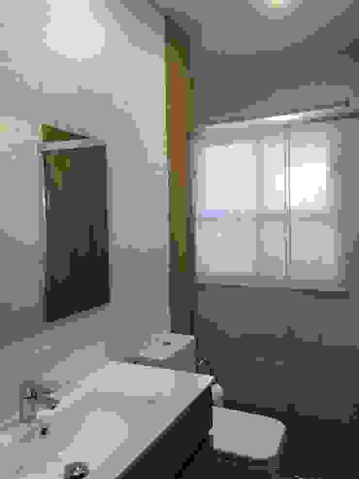 Estado reformado Baños de estilo moderno de Viroa ǀ Arquitectura – Interiorismo – Obras Moderno