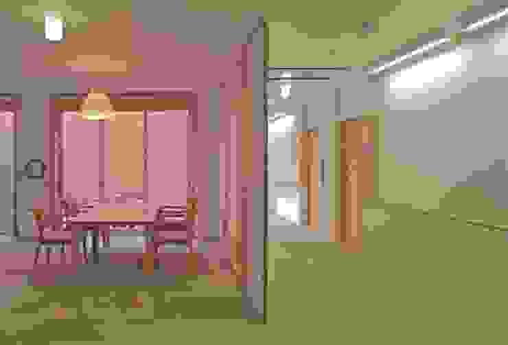 Salas modernas de 株式会社ヨシダデザインワークショップ Moderno