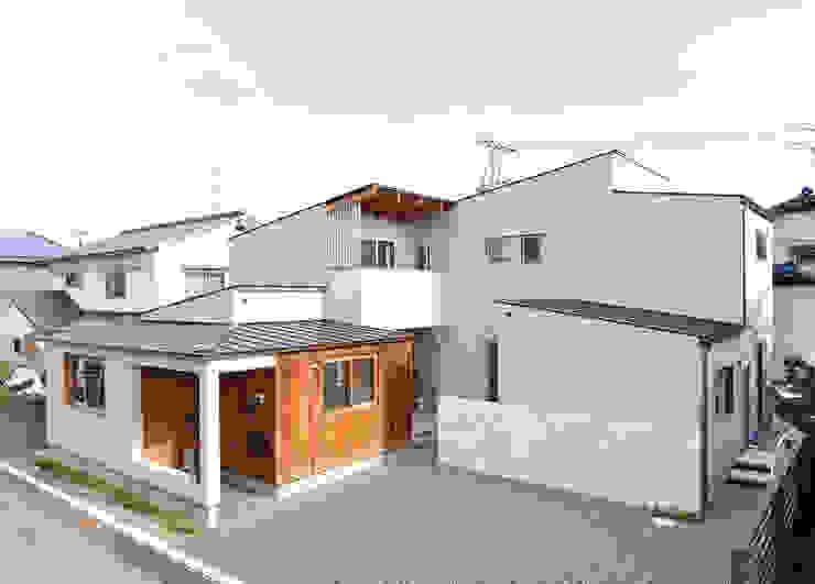 中庭を囲んで、家族が同じ空を見上げる家 モダンな 家 の ELD INTERIOR PRODUCTS モダン