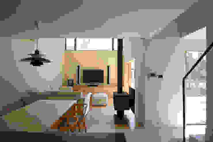 木立に佇む家 北欧デザインの リビング の 設計事務所アーキプレイス 北欧