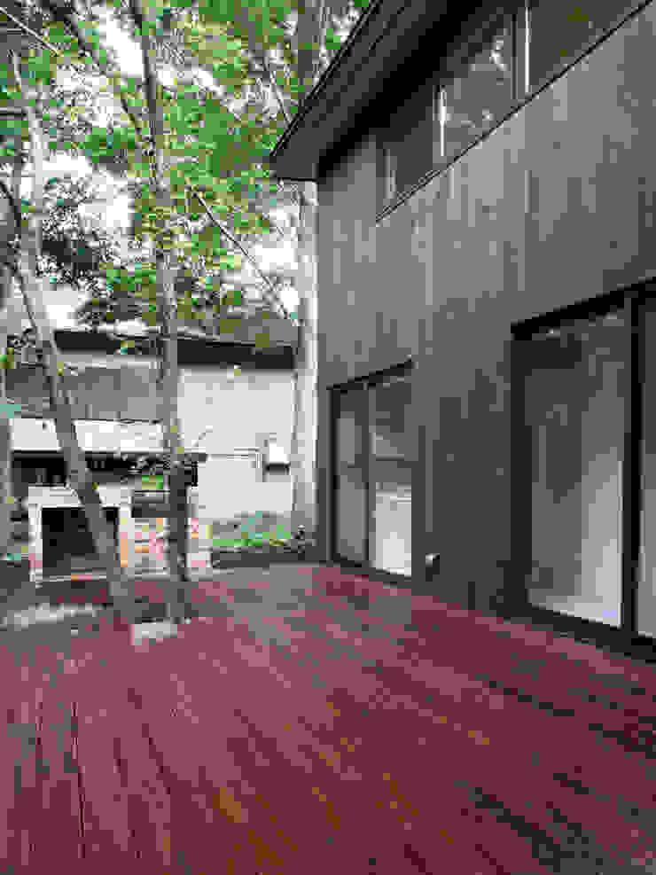 木立に佇む家 北欧デザインの テラス の 設計事務所アーキプレイス 北欧