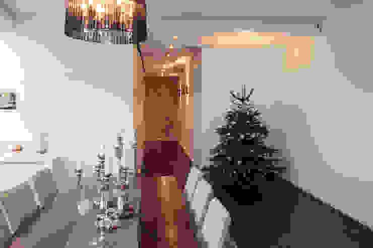 Pasillos, vestíbulos y escaleras modernos de La Casa Wohnbau GmbH Moderno