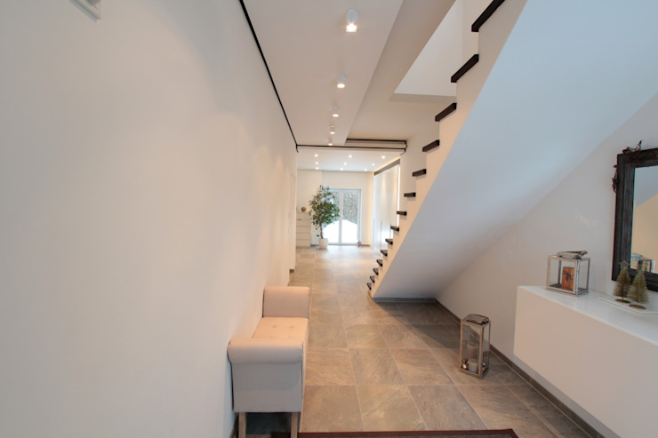 Koridor dan lorong oleh La Casa Wohnbau GmbH, Modern