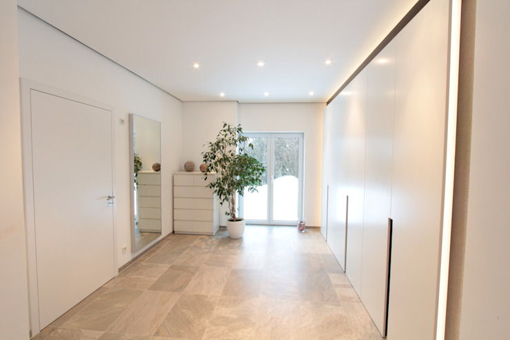 走廊 & 玄關 by La Casa Wohnbau GmbH, 現代風