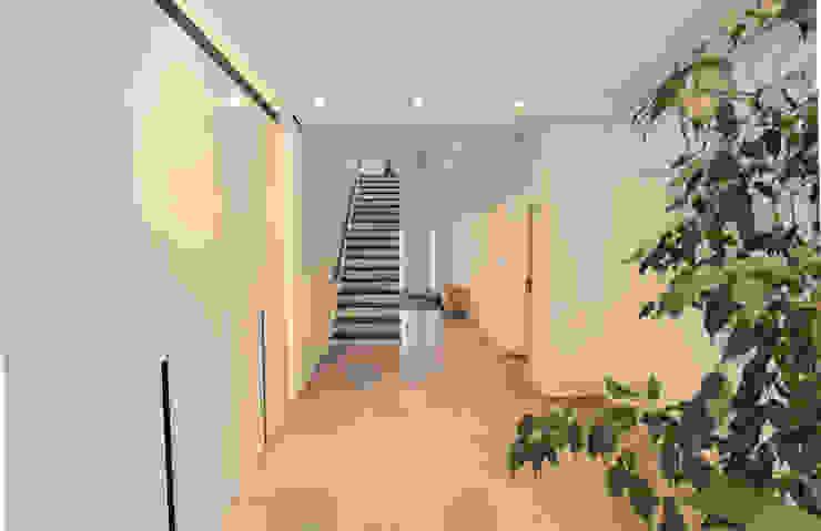 Corredores, halls e escadas modernos por La Casa Wohnbau GmbH Moderno