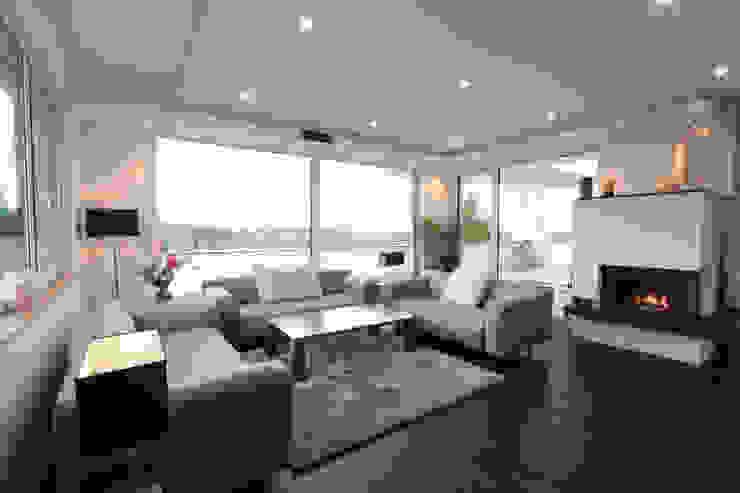 Ruang Keluarga oleh La Casa Wohnbau GmbH, Modern