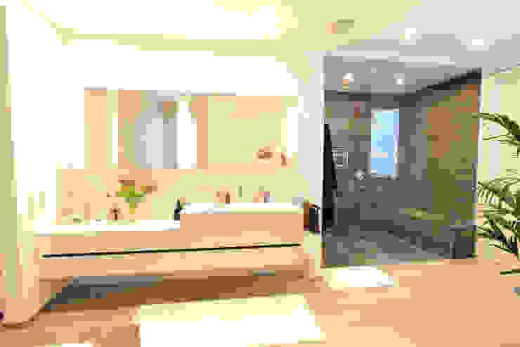 Banheiros modernos por La Casa Wohnbau GmbH Moderno